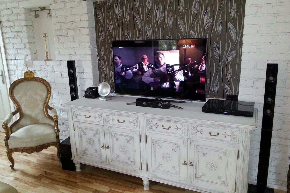 Hrastova komoda nakom obnove u Schabby chic stilu u interireru