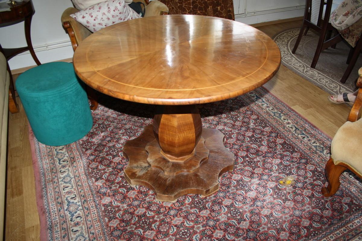 biedermeier salonski stol s Središnjim nosačem u obliku kruške  na 8-kutnoj dvostruko stepeničastoj bazi profiliranih rubova.