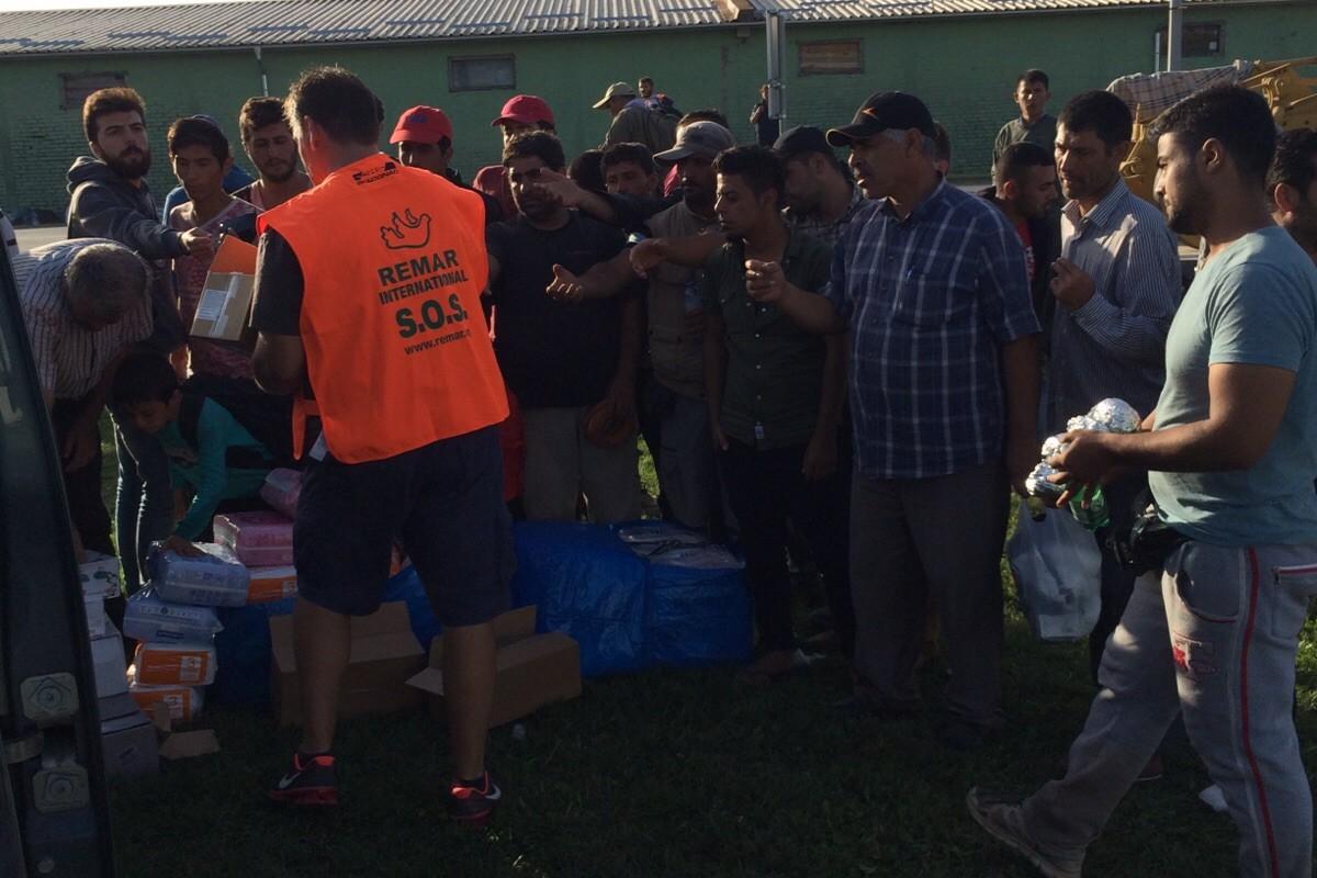Podjela hrane i pelena u izbjegličkom kampu u Tovarniku
