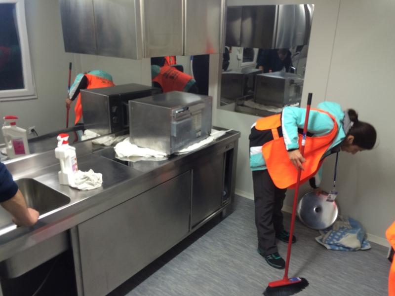 Volonteri pripremaju kuhinju za rad