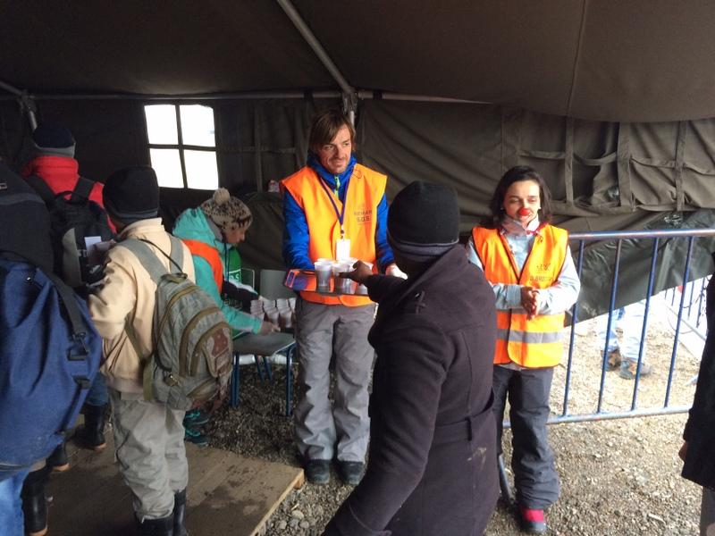 Volonteri dijele čaj izbjeglicama