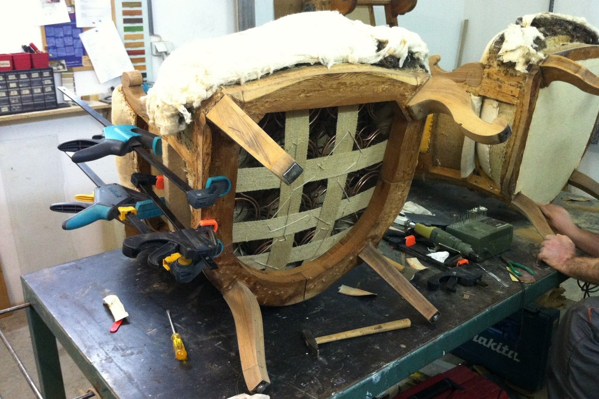 Konsoldacija i tutkalisanje konstrukcije fotelje
