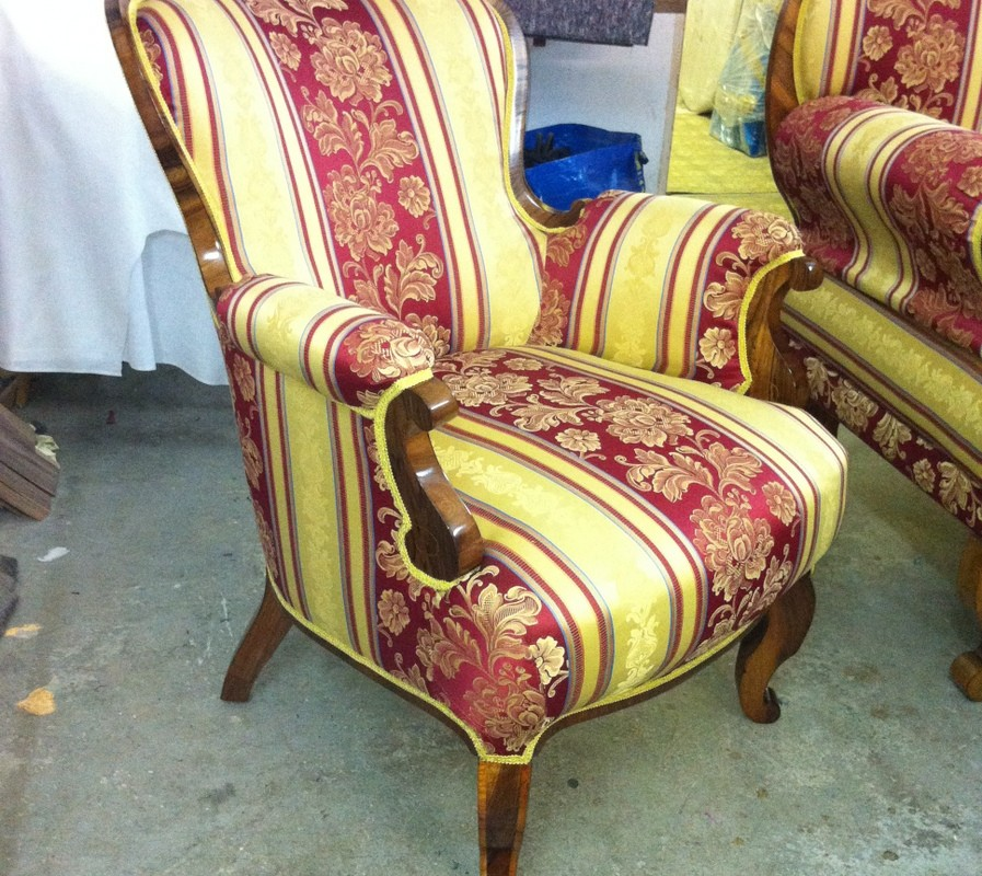 fotelja nakon završene politure (schellack) i tapetarskih radova