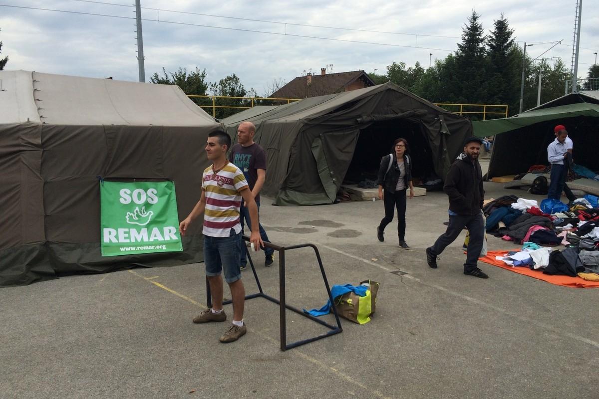 Podignut kamp sa šatorima za spavanje